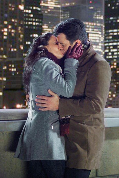 Kommen sich wieder näher: Castle (Nathan Fillion, r.) und seine längst verflossene Liebe Kyra Blaine (Alyssa Milano, l.) ... - Bildquelle: ABC Studios