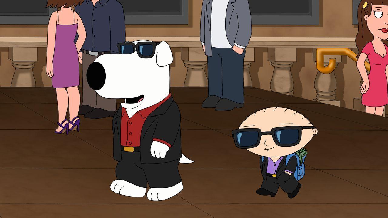 Brian (l.) und Stewie (r.) wollen mit Brians neuer Teleportationsmaschine nach Las Vegas zu reisen. Doch dabei geht etwas schief und plötzlich exist... - Bildquelle: 2013 Twentieth Century Fox Film Corporation. All rights reserved.