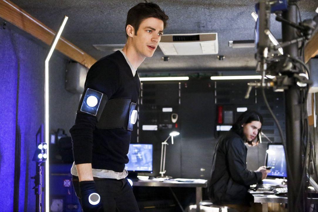 Cisco (Carlos Valdes, r.) hat eine Taktik entwickelt, durch die Barry (Grant Gustin, l.) Flash bleiben kann, ohne wirklich als Flash in Central City... - Bildquelle: Warner Bros. Entertainment, Inc.