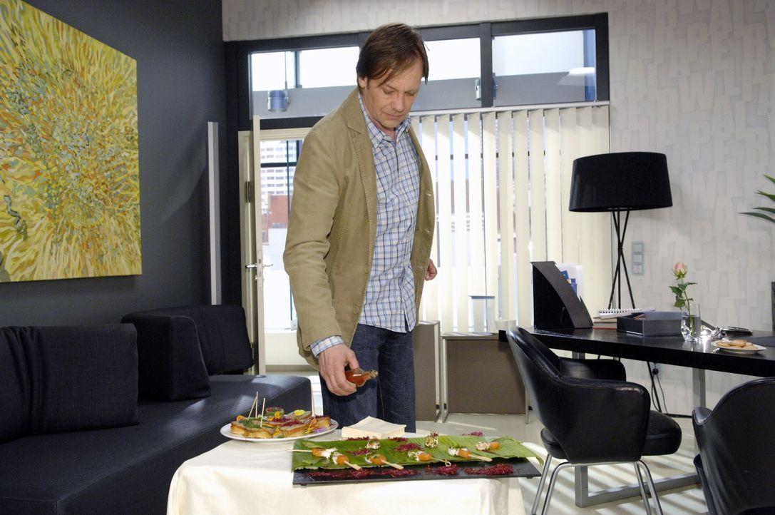 Armin (Rainer Will) will seiner Frau mit unlauteren Mitteln einen Vorteil verschaffen... - Bildquelle: Oliver Ziebe Sat.1