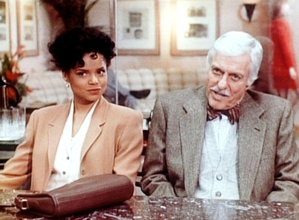 Amanda (Victoria Rowell, l.) und Dr. Mark Sloan (Dick Van Dyke, r.) sitzen skeptisch einen Verdächtigen gegenüber. - Bildquelle: Viacom