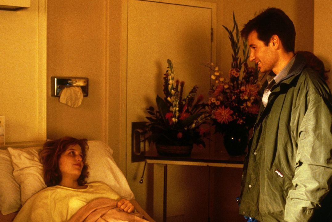Mulder (David Duchovny, r.) besucht seine Kollegin Scully (Gillian Anderson, l.), die aus dem Koma wieder erwacht ist. - Bildquelle: TM +   Twentieth Century Fox Film Corporation. All Rights Reserved.