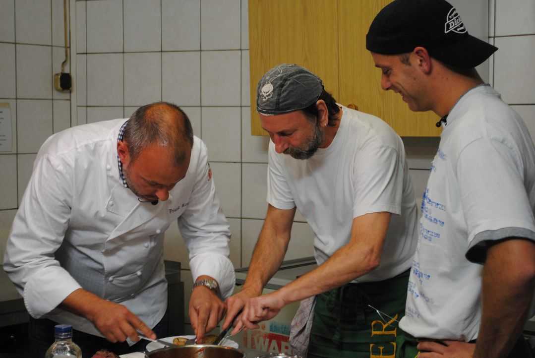 Frank Rosin (l.) gibt Ronny (M.) und Florian (r.) wichtige Tipps. - Bildquelle: kabel eins