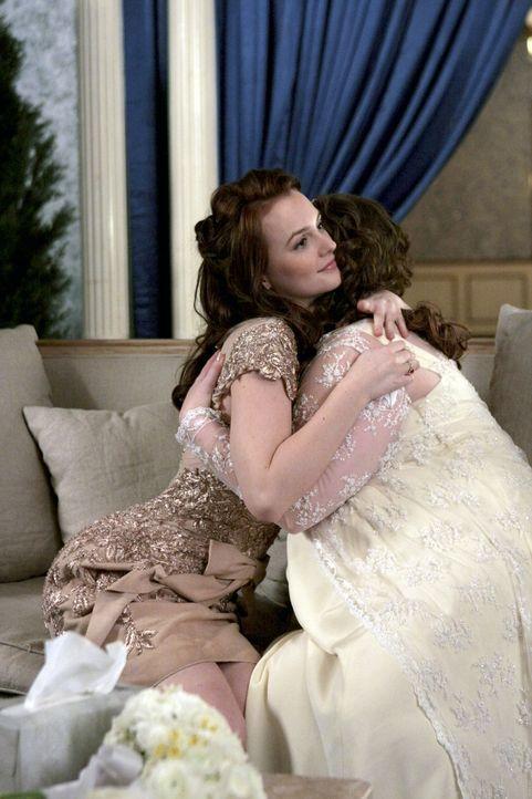 Dorota (Zuzanna Szadkowski, r.) tröstet Blair (Leighton Meester, l.) und nicht nur den beiden wird bewusst, dass sie eine Familie sind. - Bildquelle: Warner Brothers