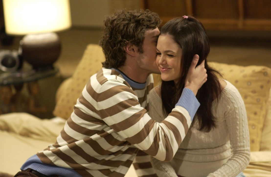 Genießen die Zweisamkeit: Seth (Adam Brody, l.) und Summer (Rachel Bilson, r.) ... - Bildquelle: Warner Bros. Television