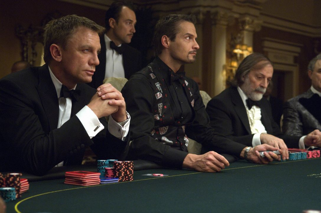 Weil er sich verspekuliert hat, will der Finanzhai aller Terrororganisationen, Le Chiffre, im Casino Royale in Montenegro einen hohen Geldertrag ers... - Bildquelle: 2006 DANJAQ, LLC, UNITED ARTISTS CORPORATION AND COLUMBIA PICTURES INDUSTRIES, INC. ALL RIGHTS RESERVED.