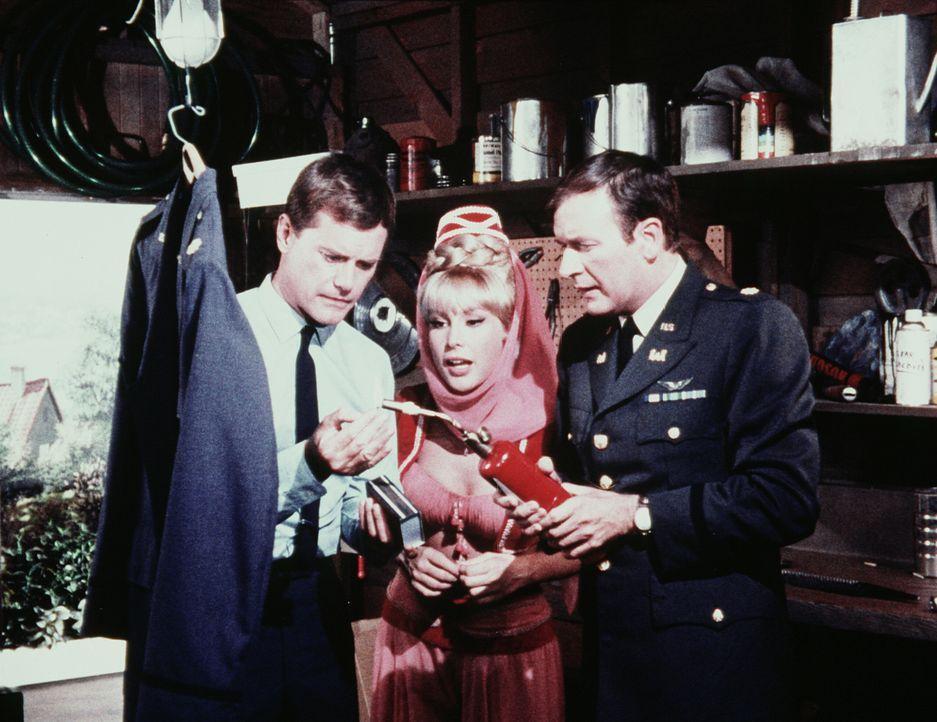 Tony (Larry Hagman, l.), Jeannie (Barbara Eden, M.) und Roger (Bill Daily, r.) probieren ein Mittel aus, das sämtliche Flecken von einer Uniformjack... - Bildquelle: Columbia Pictures