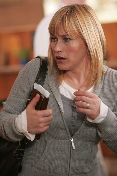 Traum oder Wirklichkeit? Allison Dubois (Patricia Arquette) betritt eine Bank und bemerkt, dass ihr bewaffnete Männer folgen … - Bildquelle: Paramount Network Television
