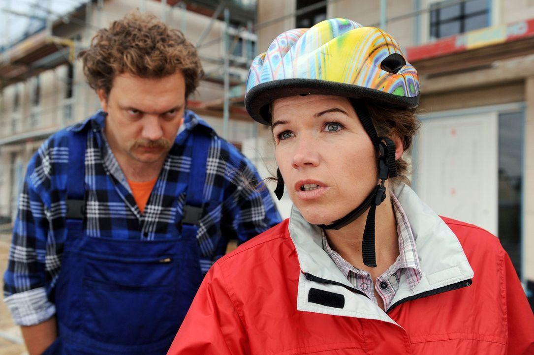 Jutta (Anke Engelke, r.) ist umweltbewusst und lässt es sich nicht nehmen, ihre Familie täglich mit dem Fahrrad zur Arbeit und zur Schule zu fahren.... - Bildquelle: Willi Weber Sat.1