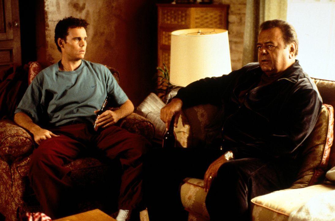 Nach einem Streit mit seinem Vater (Paul Sorvino, r.), beschließt Paul (Kevin Dillon, l.) zu seiner Schwester zu ziehen ... - Bildquelle: CBS Television