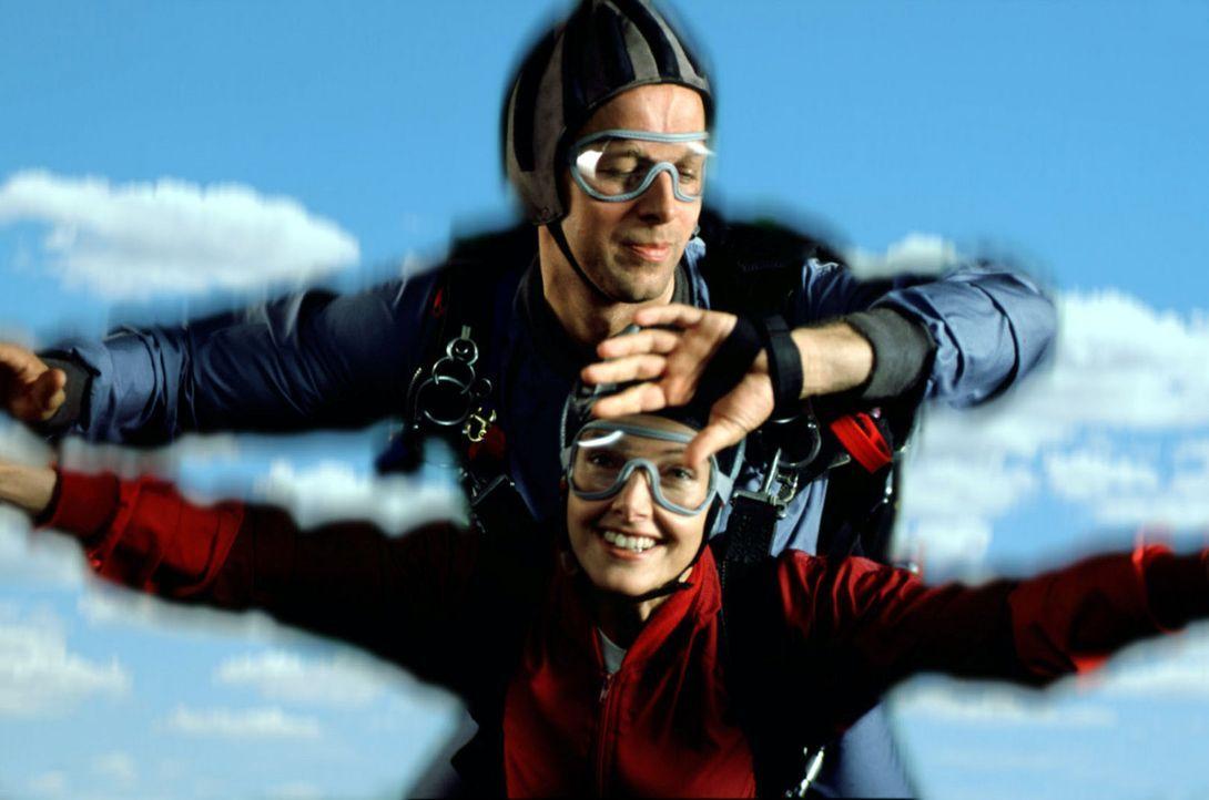 Victor Petri (Jochen Horst, oben) und seine Frau Laura (Cay Helmich, unten) wagen einen Tandem-Fallschirmsprung. Doch der Fallschirm wird sich nicht... - Bildquelle: Spitz Sat.1