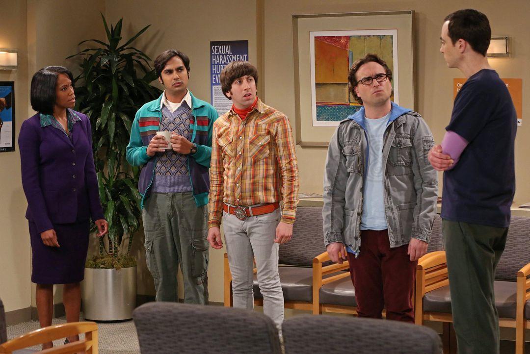 Sheldon (Jim Parsons, r.) wird an der Universität der sexuellen Belästigung beschuldigt, was dazu führt, dass er Leonard (Johnny Galecki, 2.v.r.), R... - Bildquelle: Warner Bros. Television
