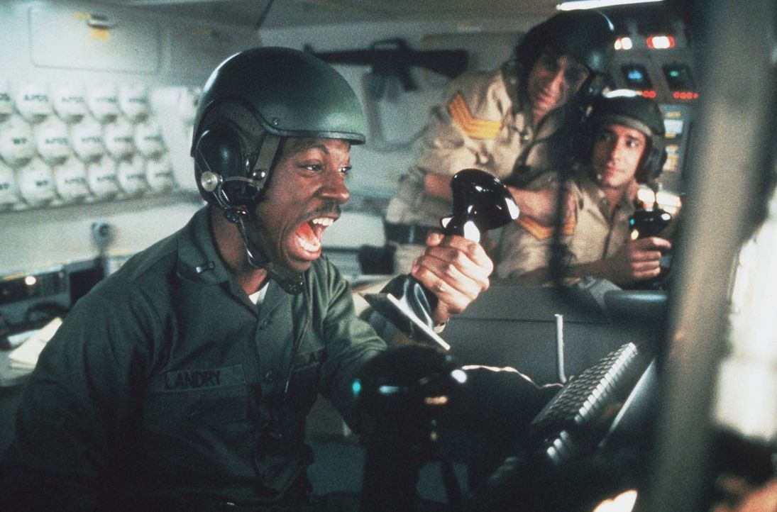 Als der US-Leutnant Landry (Eddie Murphy) den Panzer in der kuweitischen Wüste einigen arabischen Kaufinteressenten vorführt, geschieht etwas Unfass... - Bildquelle: Paramount Pictures