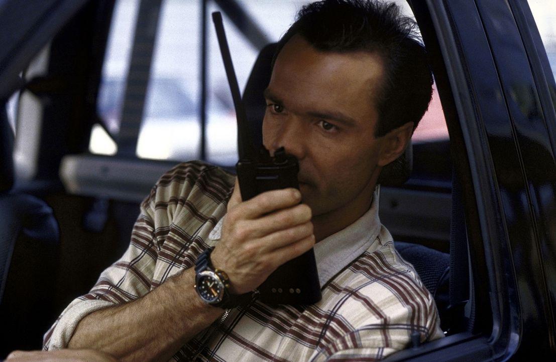 Tom Geiger (Hannes Jaenicke) nimmt die Villa des Verdächtigen Dr. Pauli unter die Lupe. - Bildquelle: Pfeiffer ProSieben