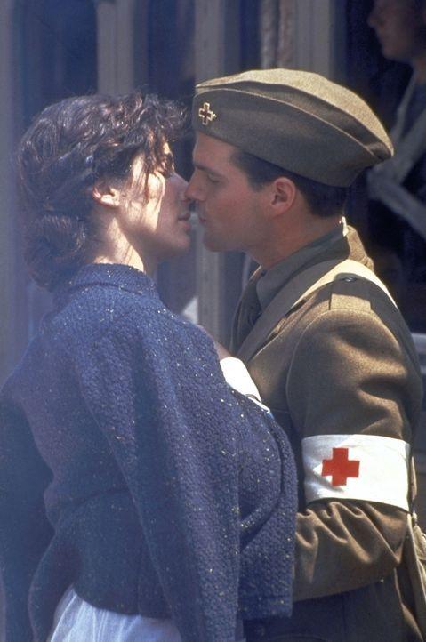 Obwohl Ernest Hemingway (Chris O'Donnell, r.) wieder an die Front muss, versprechen sich er und Agnes (Sandra Bullock, l.) ewige Treue ... - Bildquelle: Warner Bros.