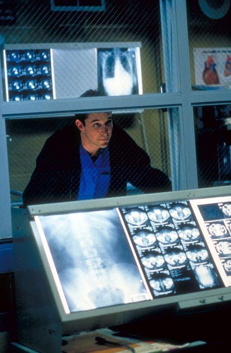 Tatenlos muss Carter (Noah Wyle) zusehen, wie seine Kollegen den angeschossenen Audia operieren. Dabei ist er am meisten betroffen, denn der Racheak... - Bildquelle: TM+  2000 WARNER BROS.