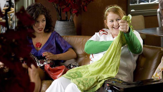 Nienke (Eva van der Gucht, r.) zeigt Stella (Katja Schuurman, l.) ihren Spont...