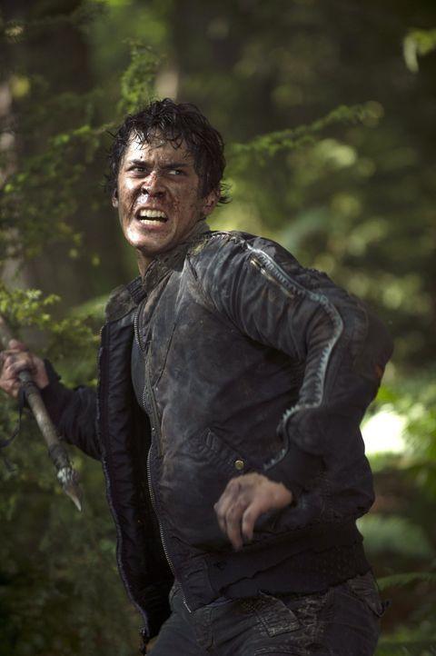 Bellamy (Bob Morley) ist sich nicht sicher, ob er sich über eine unerwartete Rettung wirklich freuen soll ... - Bildquelle: 2014 Warner Brothers
