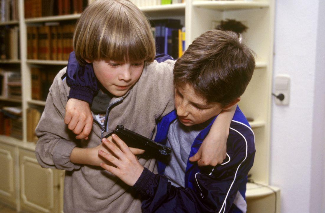 Der achtjährige Sven (Ferdinand Richter, l.) hat die Pistole seines Vaters als interessantes Spielzeug entdeckt. Mit seinem jüngeren Bruder Paul (Al... - Bildquelle: Christina Kurby Sat.1