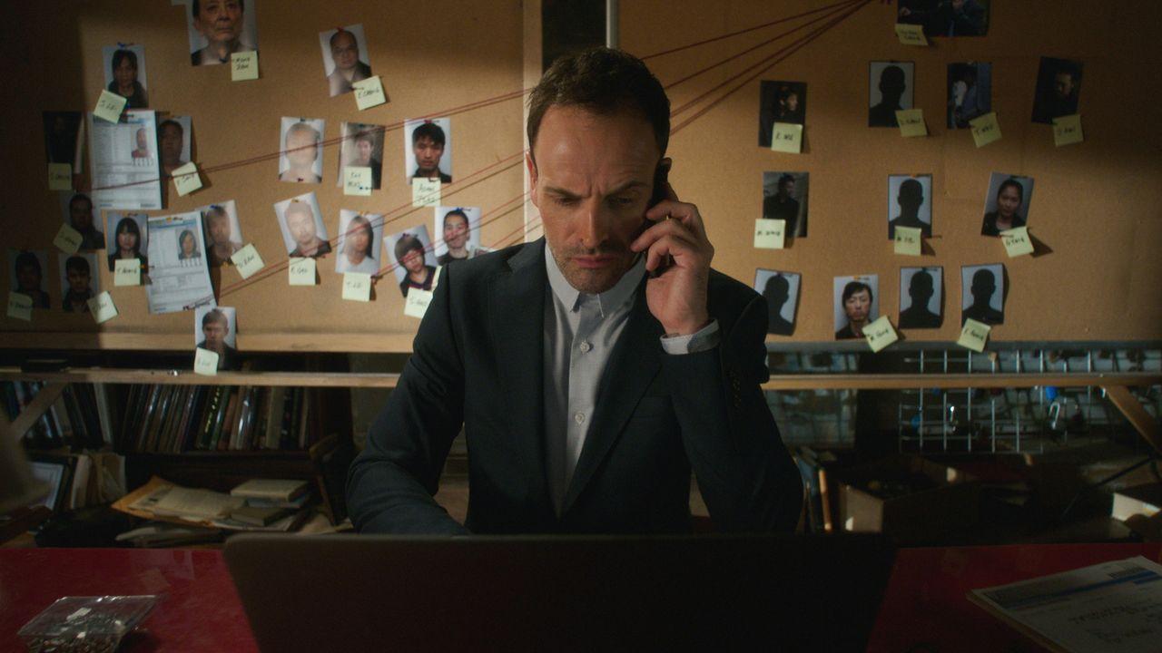 Auf seine ganz eigene Art versucht Sherlock Holmes (Jonny Lee Miller), einen Fall zu lösen ... - Bildquelle: 2016 CBS Broadcasting Inc. All Rights Reserved.