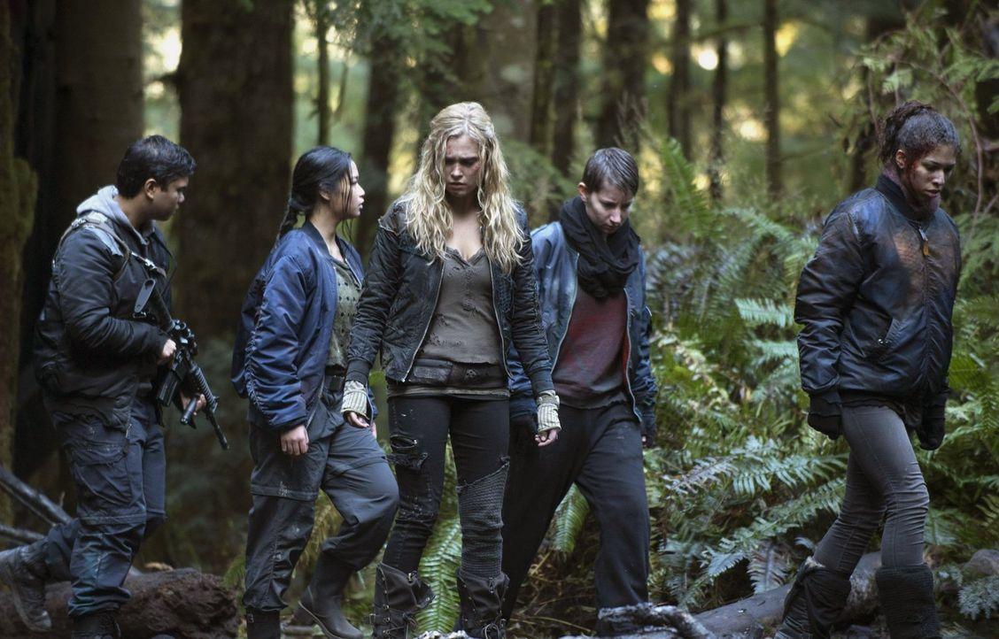 Lange glaubte Clarke (Eliza Taylor), dass eine Flucht die richte Entscheidung ist, doch auch ihre Feinde wissen, dass Clarke und ihr Volk die Angrif... - Bildquelle: Warner Brothers