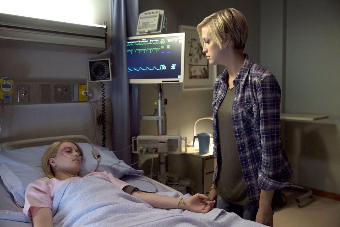 Als ihre Schwester Tasha (Emily Tennant, l.) nach einem schweren Unfalls um Überleben kämpft, trifft Kate (Brit Sheridan, r.) eine Entscheidung, die... - Bildquelle: 2016 Warner Brothers