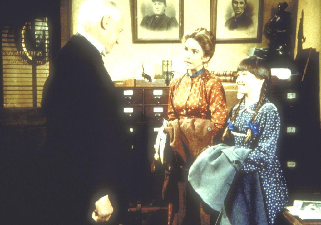 Laura Ingalls (Melissa Gilbert, M.), in Begleitung ihrer Nichte Jenny (Shannen Doherthy, r.), wird von dem Verleger Broxton (William Prince) empfang... - Bildquelle: Worldvision