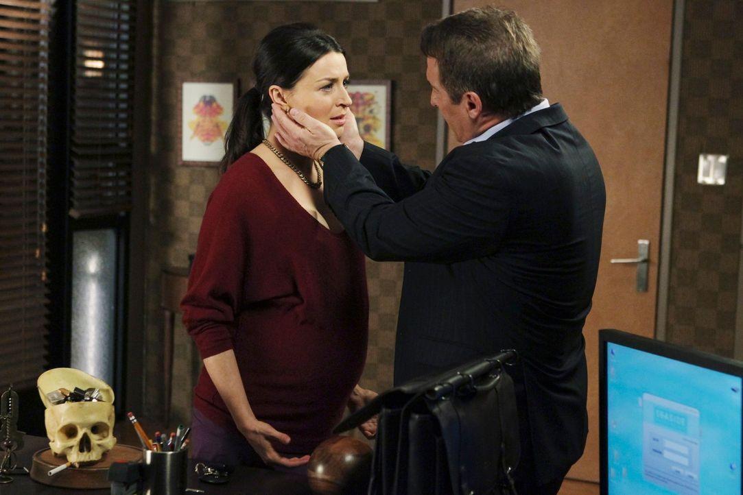 Während Sheldon (Brian Benben, r.) und Violet eine Familie behandeln, die sich Sorgen um die neue sexuelle Vorliebe des Vaters macht, steht Amelia... - Bildquelle: ABC Studios