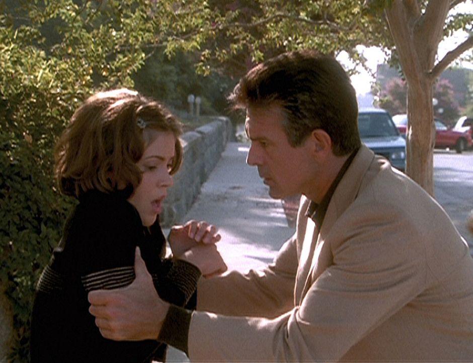 Victor Halliwell (Tony Denison, r.) versucht, seiner Tochter Phoebe (Alyssa Milano, l.) den Ernst der Lage klarzumachen ... - Bildquelle: Paramount Pictures