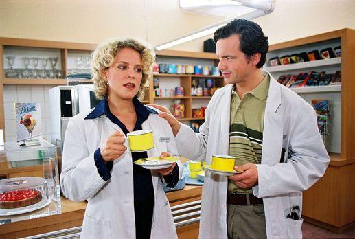 Für alle Fälle Stefanie - Iris (Christiane Brammer, l.) sucht Trost bei Dr. J...