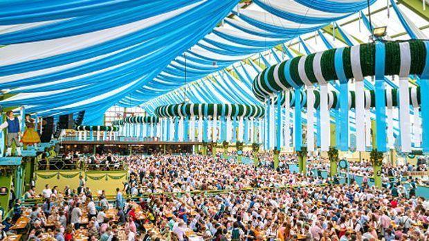 Volles Festzelt auf dem Münchner Oktoberfest
