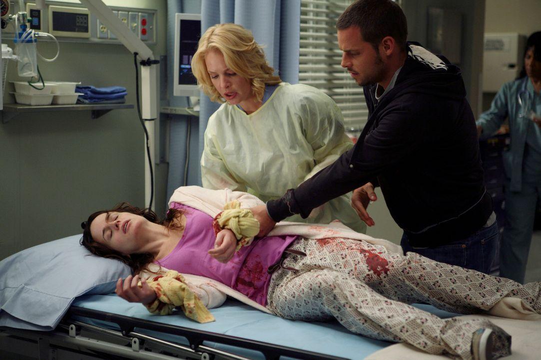 Alex (Justin Chambers, r.) sorgt im Grey-Haus für Rebecca (Elizabeth Reaser, l.), die immer noch völlig apathisch ist. Izzie (Katherine Heigl, M.)... - Bildquelle: Touchstone Television