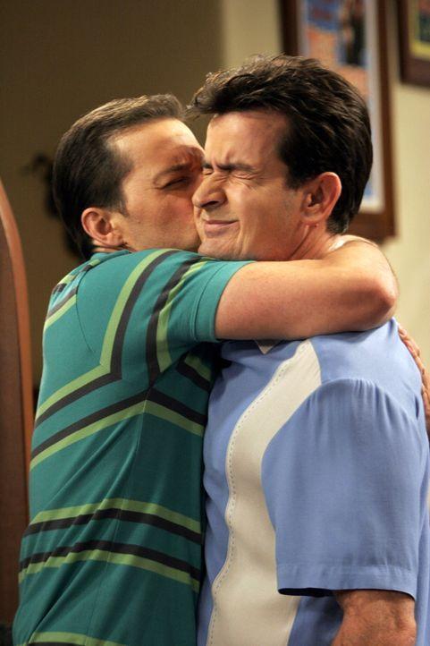 Alan (Jon Cryer, l.) freut sich, dass er wieder bei Charlie (Charlie Sheen, r.) einziehen darf ... - Bildquelle: Warner Brothers Entertainment Inc.