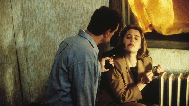 Jack Willis (Christopher Allport, l.) behält Scully (Gillian Anderson, r.) al...