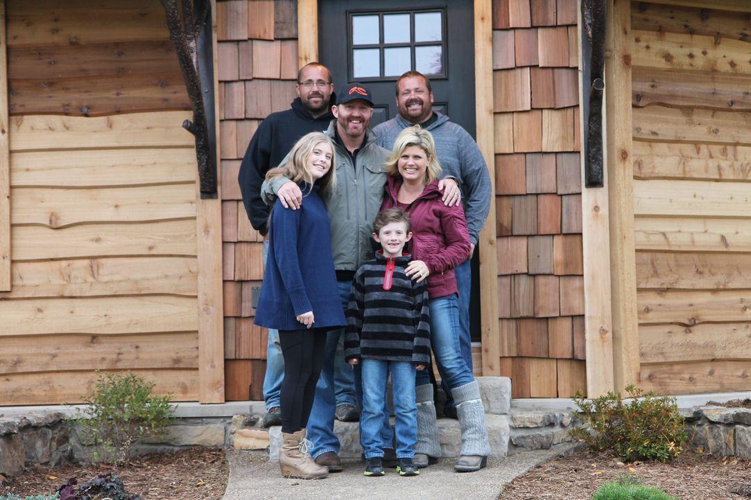 Die Familie Thome (vorne) ist überglücklich, dass die Herman-Brüder Nate (hinten l.) und Justin (hinten r.) ihr Ferienhaus in ein echtes Glanzstück... - Bildquelle: 2016,DIY Network/Scripps Networks, LLC. All Rights Reserved.