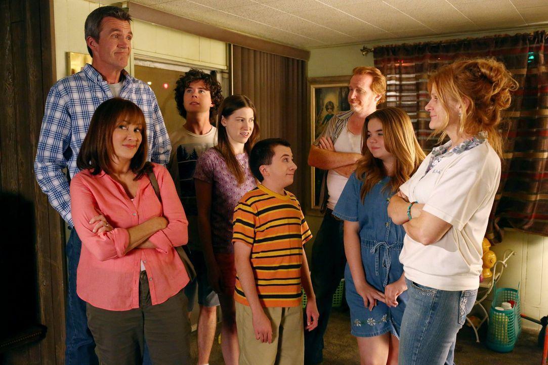 (v.l.n.r.) Mick (Neil Flynn); Frankie (Patricia Heaton); Axl (Charlie McDermott); Sie (Eden Sher); Brick (Atticus Shaffer); Phil (Courtney Gaines);... - Bildquelle: Warner Brothers