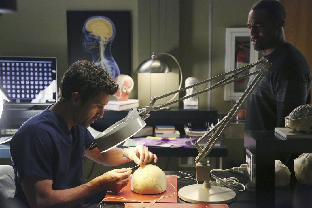 Es ist Halloween: Ben (Jason Winston George, r.) und Derek (Patrick Dempsey, l.) basteln am Schmetterlingskostüm für Dereks Tochter - mit weitreic... - Bildquelle: ABC Studios