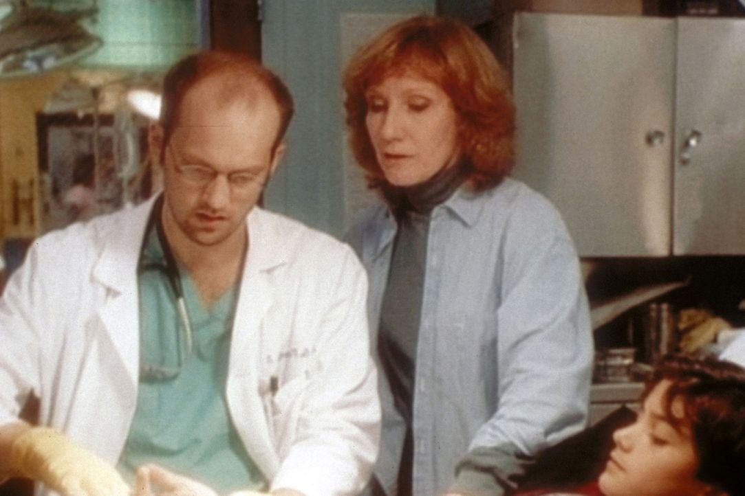 Dr. Greene (Anthony Edwards, l.) hat Mühe in dieser chaotischen Nacht. Doch durch sein Improvisationstalent werden alle Patienten versorgt. - Bildquelle: TM+  WARNER BROS.