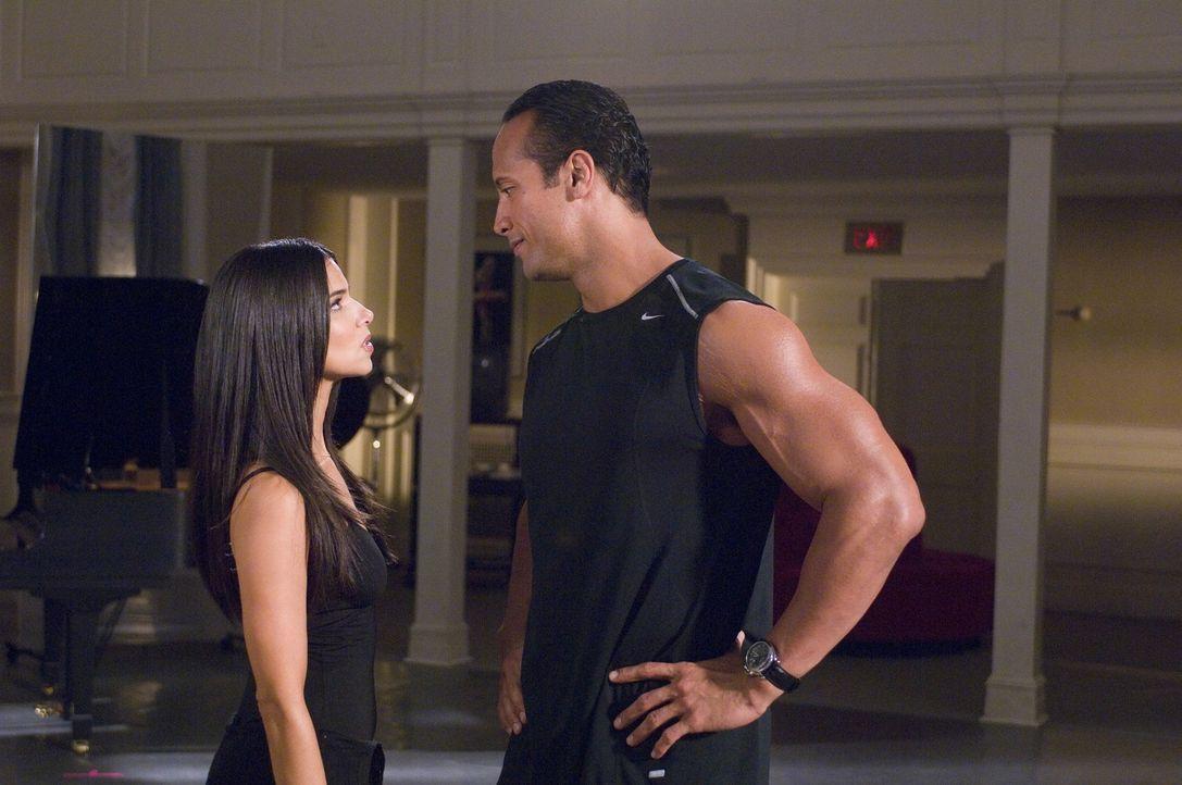 Joe (Dwayne Johnson, r.) wird von seiner Tochter zum Tanzunterricht mitgeschleift und trifft dort auf ihre Lehrerin Monique (Roselyn Sanchez, l.) ... - Bildquelle: Buena Vista International