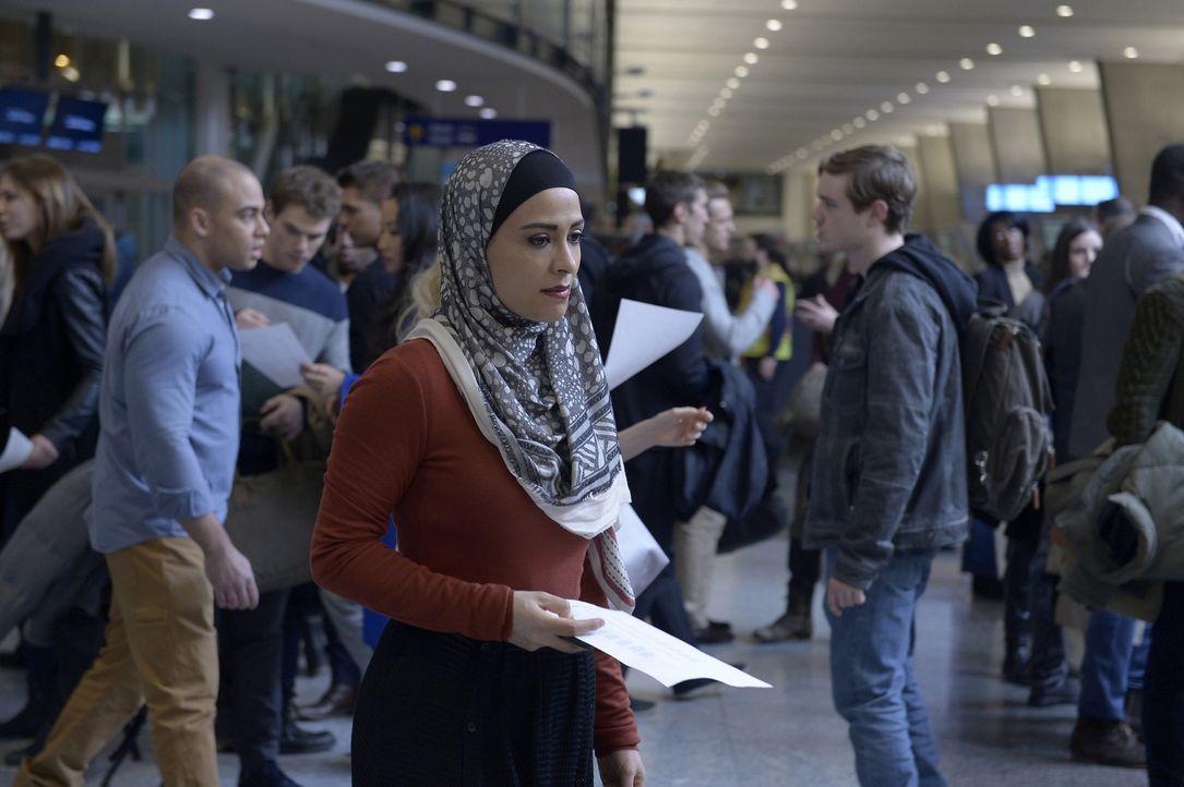 Steht vor einer schwierigen Aufgabe - doch wird es Raina (Yasmine Al Massri, vorne) gelingen, die Grenze der USA zu Kanada ohne Pass zu überqueren? - Bildquelle: Philippe Bosse 2015 ABC Studios