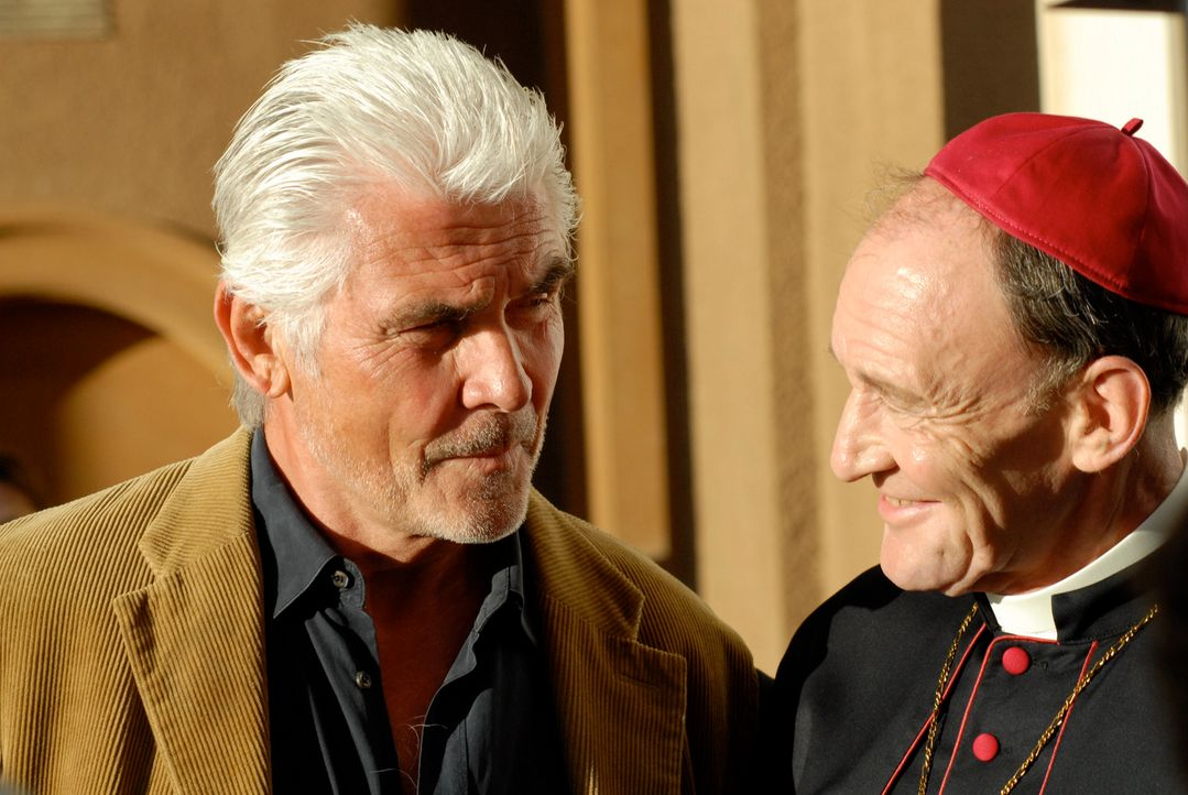 """Allein Kardinal Battaglia (Michael Mendl, r.) weiß, dass John """"Pa"""" Kubiak (James Brolin, l.) einen Lebenstraum hegt: Er will unbedingt ein antikes Z... - Bildquelle: TANDEM COMMUNICATIONS - All Rights Reserved"""