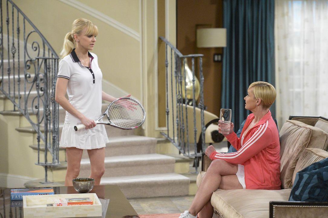 Als Christy (Anna Faris, l.) kurzzeitig nicht im Restaurant arbeiten kann, weil dieses renoviert wird, übernimmt sie einen Job als Jills (Jaime Pres... - Bildquelle: 2015 Warner Bros. Entertainment, Inc.