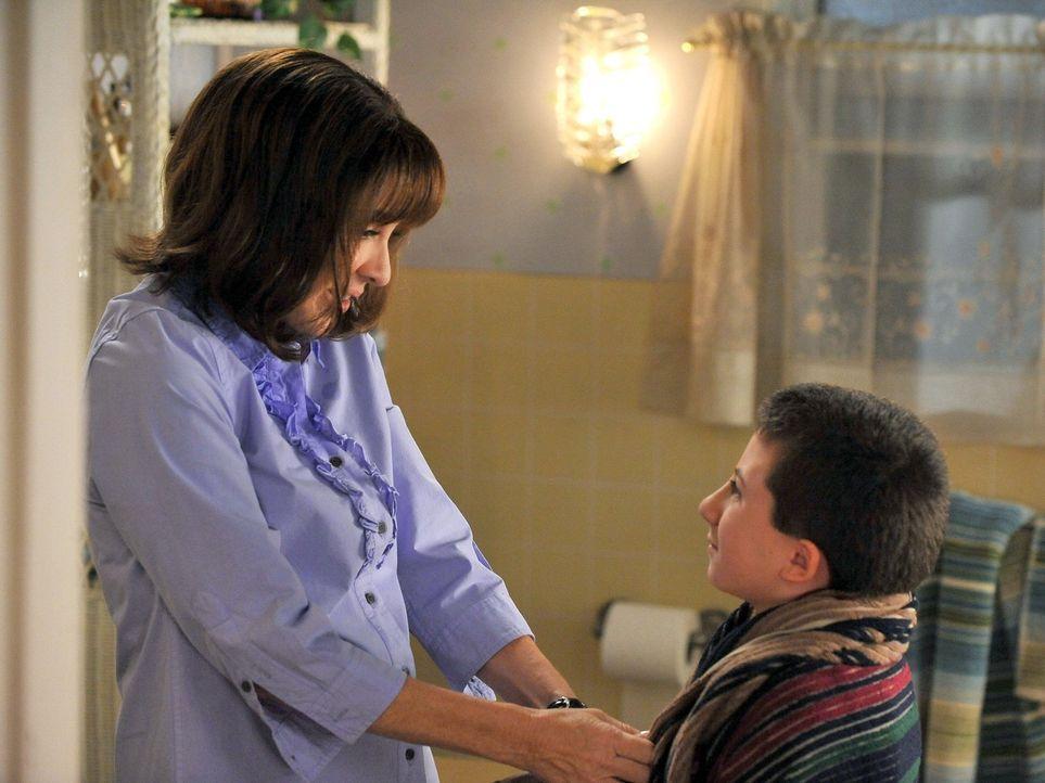 Brick (Atticus Shaffer, r.) will Frankie (Patricia Heaton, l.) davon überzeugen, dass er alt genug ist, alleine zu Hause zu bleiben. Doch ist er das... - Bildquelle: Warner Brothers