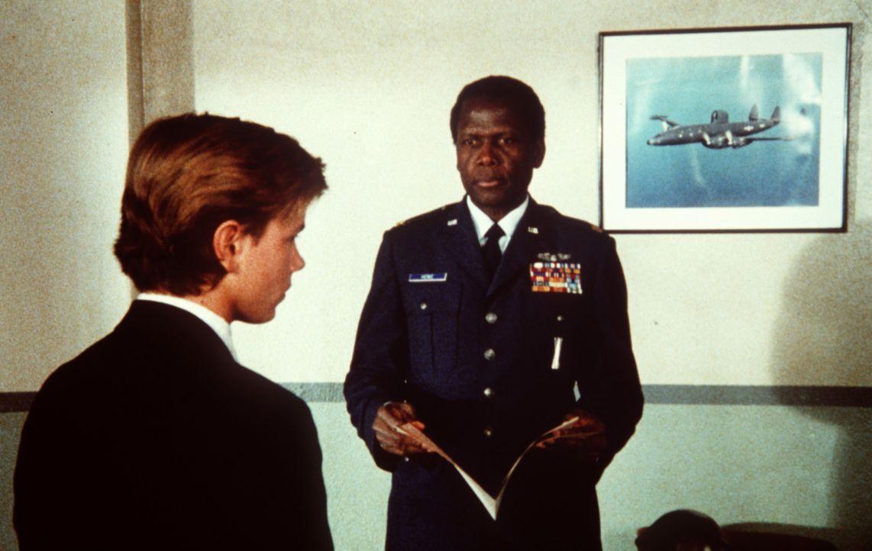 Als sich der junge Jeffrey Grant (River Phoenix, l.) für die Air Force Academy bewirbt, kontrolliert der FBI-Agent Roy Parmenter (Sidney Poitier, r... - Bildquelle: Columbia Pictures