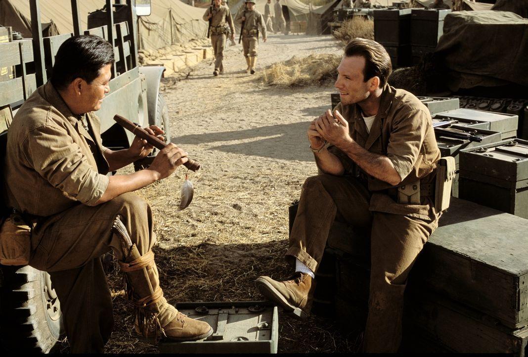 Die gemeinsamen Kriegserlebnisse schweißen Codierer Charlie Whitehorse (Roger Willie, l.) und Sergeant Henderson (Christian Slater, r.) zusammen ... - Bildquelle: 2002 METRO-GOLDWYN-MAYER PICTURES INC.. All Rights Reserved
