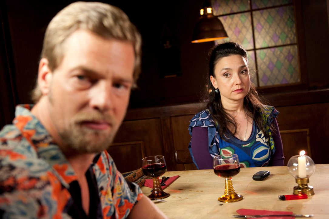 Als Tanja und Mick (Henning Baum, l.) nach dem Anschlag ihren ersten gemeinsamen Abend bei Uschi (Tatjana Clasing, r.) verbringen möchten, funkt wie... - Bildquelle: Martin Rottenkolber SAT.1