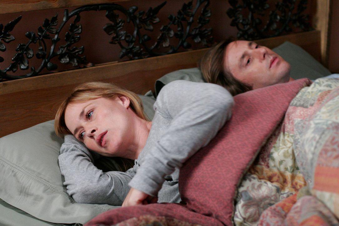 Allison (Patricia Arquette, l.) macht es schwer zu schaffen, dass sie mit ihrem Mann (Jake Weber, r.) nicht über ihre Visionen sprechen kann ... - Bildquelle: Paramount Network Television
