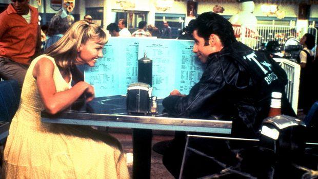 In den Sommerferien lernen sich die süße Sandy (Olivia Newton-John, l.) und d...