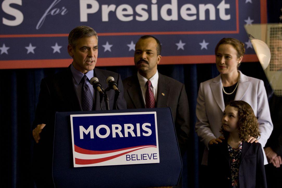 Noch ahnen Cindy (Jennifer Ehle, r.) und ihre Tochter (Talia Akiva, vorne) nicht, dass Mike (George Clooney, l. einen Pakt mit Senator Thompson (Jef... - Bildquelle: Saeed Adyani 2011 IDES FILM HOLDINGS, LLC. ALL RIGHTS RESERVED.