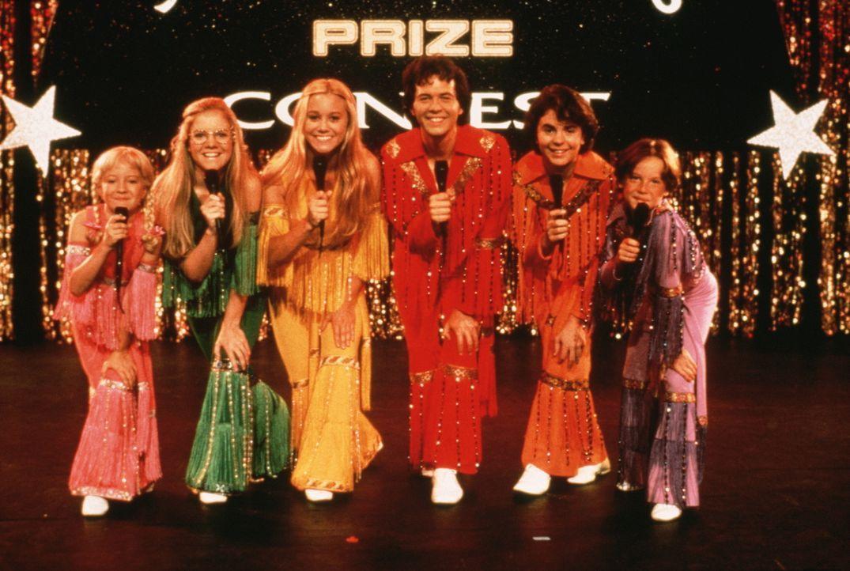 Großer Auftritt beim Musikwettbewerb: Cindy (Olivia Hack, l.), Bobby (Jesse Lee, r.), Jan (Jennifer Elise Cox, 2. v. l.), Peter (Paul Sutera, 2. v....